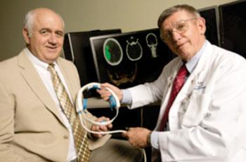 Imagen: El investigador William Culp, MD, (a la derecha) y Doug Wilson de UALR (a la izquierda) han desarrollado un dispositivo para tratar los accidentes cerebrovasculares (Fotografía cortesía de la Oficina de Comunicaciones de UAMS/UALR).