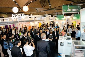 Imagen: Pabellones de Japón y Francia en Medical Fair Asia 2014 (Foto cortesía de Medical Fair Asia).