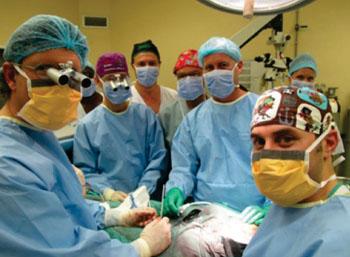 Imagen: El equipo de cirujanos que realizó la operación (Fotografía cortesía de la Universidad de Stellenbosch).
