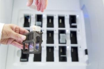 Imagen: Las láminas de tejido MSHS son preparadas para la digitalización (Fotografía cortesía de Koninklijke/Philips).