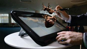 Imagen: Manipulación del simulador 3DS de un corazón viviente (Fotografía cortesía de Dassault Systèmes).