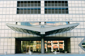 Imagen: El Centro Médico Ronald Reagan de la UCLA (Fotografía cortesía de UCLA Health).