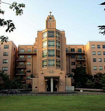 Imagen: La entrada principal al Hospital Internacional de San Lucas (Fotografía cortesía de Jay Starkey/Wikimedia).