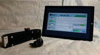 Imagen: Un prototipo del dispositivo portátil Mouth Lab que recoge y reporta, de forma rápida, signos vitales de los pacientes, con el potencial de reemplazar los monitores de signos vitales hospitalarios y de ambulancia, voluminosos, y proporcionar un seguimiento personal en el hogar (Fotografía cortesía de Yuankui Zhu: Johns Hopkins Medicine) .