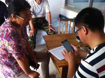 Imagen: Un trabajador de la salud recopila información a través de la aplicación VAI (Fotografía cortesía de la Universidad de Melbourne).